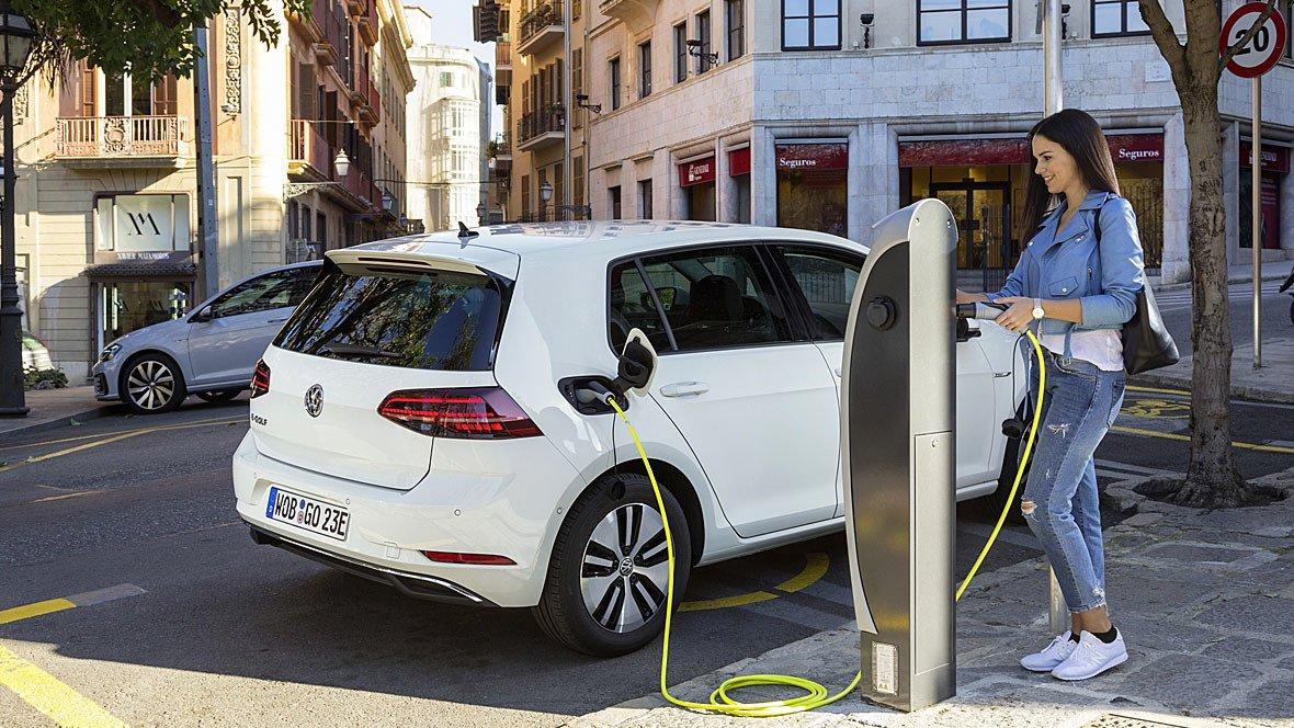 Опитування: Електричні автомобілі та автономне водіння поки що важко сприймаєтьсяклієнтами